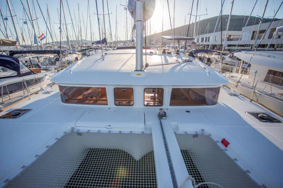Lagoon 400 S2 | Treanne (Cabin charter) port bow